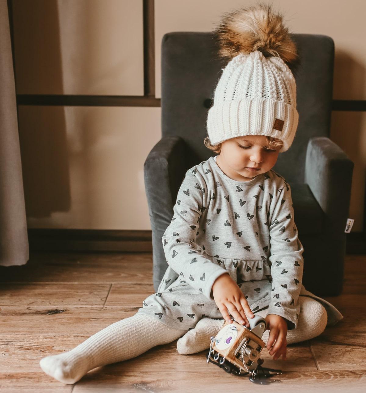 Dziecko bawi się kostką manipulacyjną